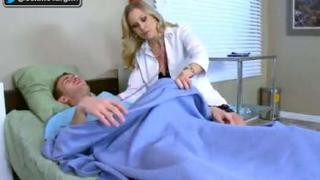 الدكتورة الميلف تفحص زب المريض وتعالجه بالنيك سكس مترجم في ...