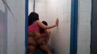 نيك محجبة شرموطة في الحمام في كسها وفيلم سكس خليجي حصري العرب الإباحية