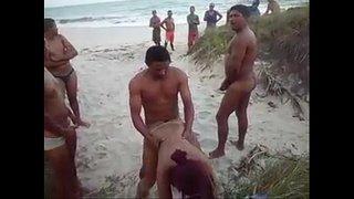 ممارسة السكس على شاطئ البحر و رجل راكب كس متناكة ساخنة وسط ...