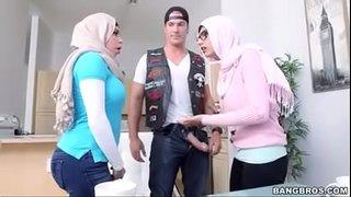نجمة البورنو العربية ميا خليفة مع أمها جوليانا فيجا في سكس ثلاثي ...